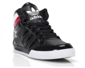 Der adidas hard Court Hi in den Farben Schwarz-Rot (Foot Locker Holiday Campaign)