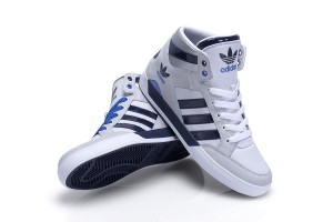 adidas Hardcourt Hi Sneaker in weiß & navy