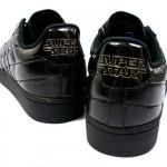 """Der Star Wars X Adidas Super Star """"Darth Vader"""" Sneaker von hinten betrachtet"""