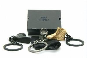 Passend zum Schuh gibt es vom Supra Skytop Sneaker ab sofort auch einen Schlüsselanhänger