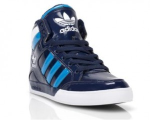 Der adidas hard Court Hi in Navy-Türkis Colorway (Foot Locker Holiday Campaign)