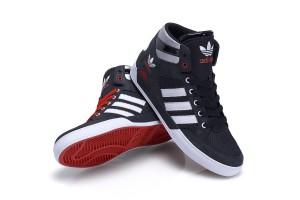 adidas Hardcourt Hi Sneaker in schwarz & mohnrot