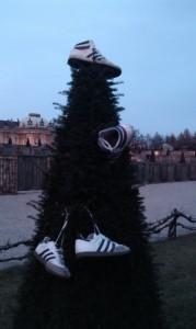 Weihnachtsdeko mal anders - hängt die Sneaker auf!