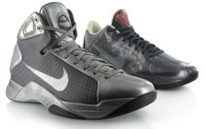 Die beiden Sneaker des Aston Martin Packs: Der Nike Hyperdunk und Nike Zoom Kobe V