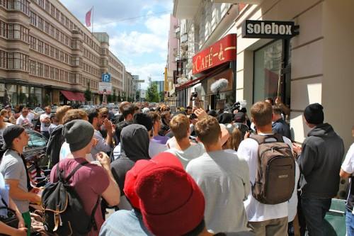 Stau vor dem Verkauf des Nike Air Yeezy 2 bei Solebox